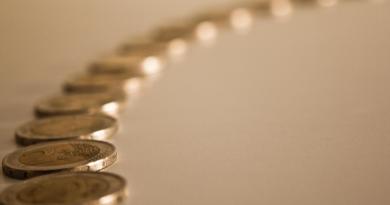 monedas-de-dos-euros-en-fila