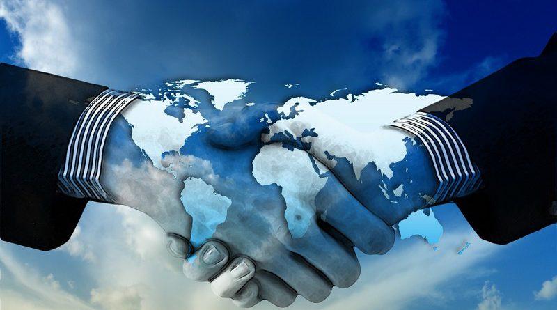 hombres dándose la mano