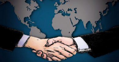 dos hombres dándose la mano tras llegar a un acuerdo