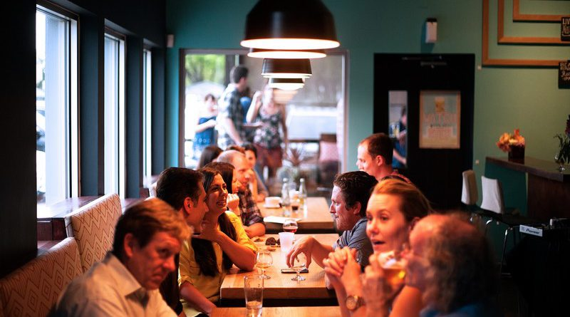 grupos de personas comiendo en un a cafetería