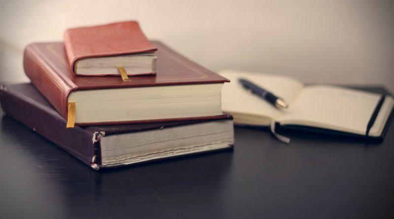 varios libros sobre una mesa