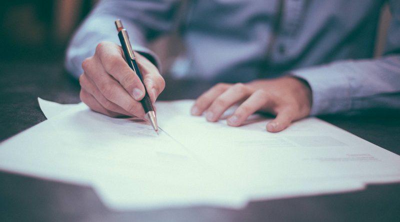 hombre escribiendo en un papel