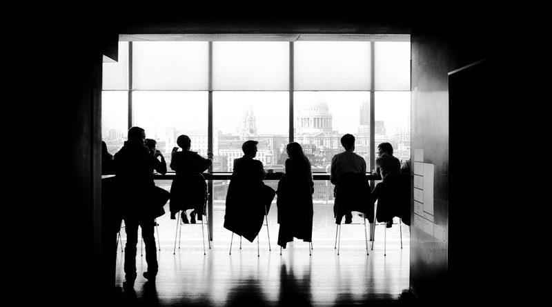 oficina-con-gente-sentada