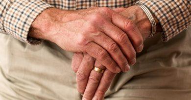 Manos de un hombre mayor sujetando un bastón