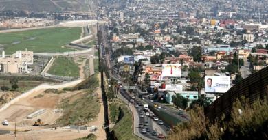 Autos en frontera con México podrían usarse para financiar muro y los mexicanos responden a la amenza de Trump
